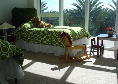изголовье кровати из искусственной травы