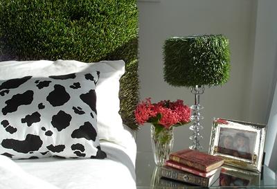 искусственная трава в интерьере спальни