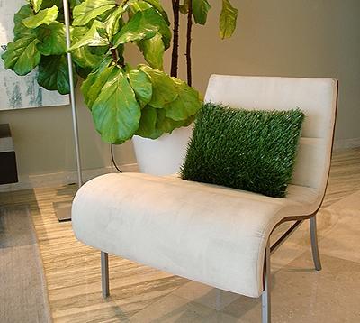 декоративная подушка из искусственной травы