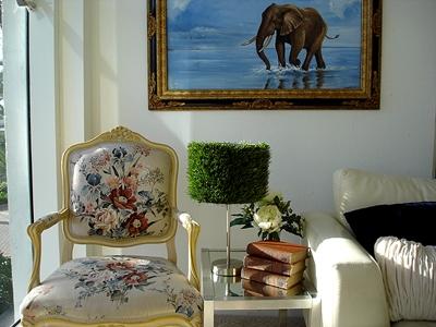 искусственная трава в дизайне традиционного дома