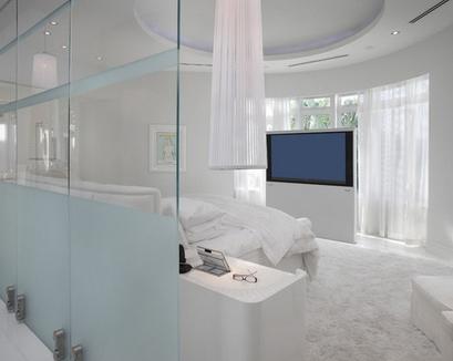 подъемная панель с телевизором в спальне