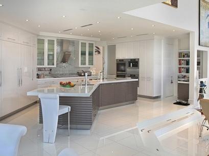 белая кухня со встроенным телевизором за кухонным фасадом