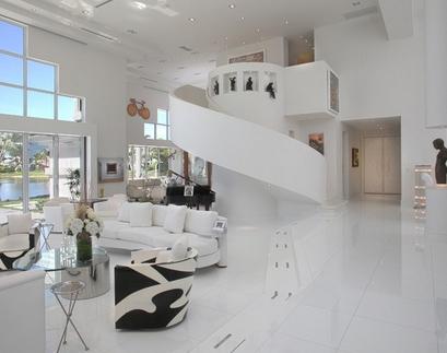 открытая белая гостиная