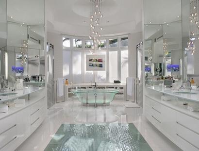 телевизоры в белой ванной комнате