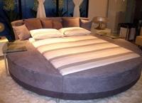 круглая кровать с поворотными столиками