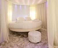 парящая круглая кровать
