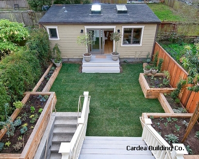 высокие огородные грядки в маленьком дворе