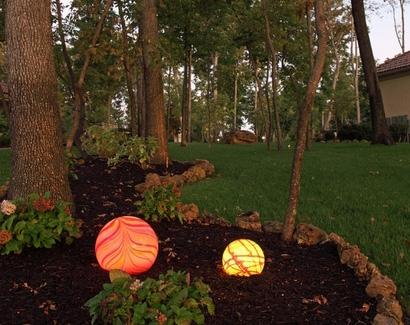 использование ландшафтных светильников на лужайке
