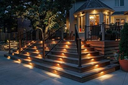 встроенное ландшафтное освещение ступеней лестницы