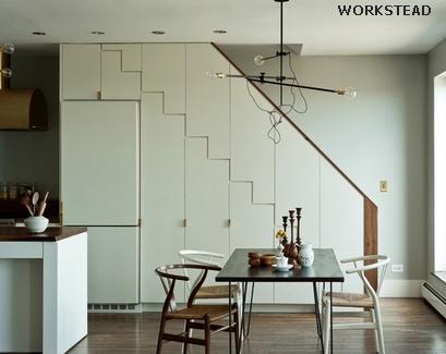 холодильник и кухонная кладовая под лестницей