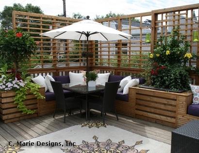 интегрированные скамейки с вазонами в частном дворе