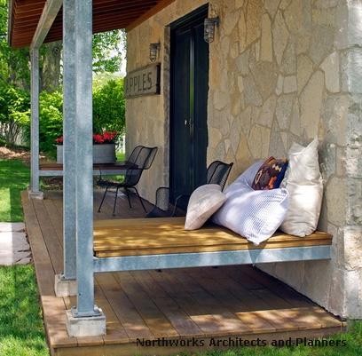 крыльцо частного дома с интегрированными скамейками