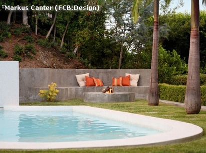 пример интеграции скамейки с подпорной стеной в ландшафтном дизайне