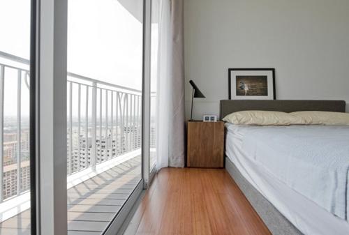 спальня с раздвижной дверью на балкон