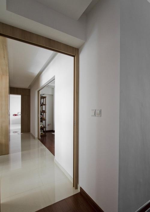 коридор квартиры с раздвижными межкомнатными дверями