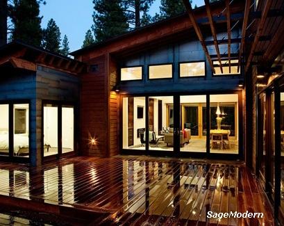 просторное крыльцо палуба между флигелями деревянного дома
