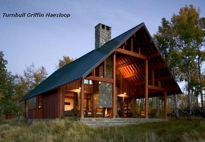 просторное крыльцо под общей крышей с деревянным домом
