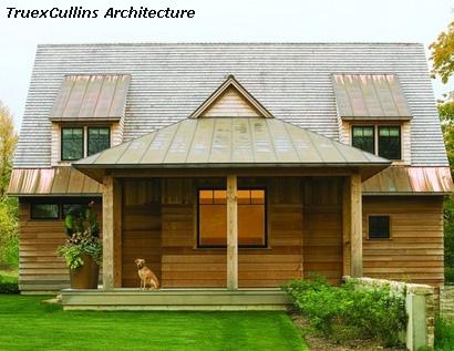простое деревянное крыльцо с красивой крышей