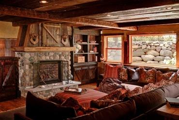 дизайн гостиной в охотничьем домике