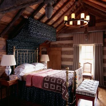 кровать с пологом в охотничьем домике