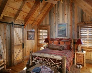 интерьер спальни в деревянном охотничьем домике