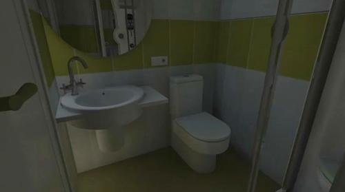 ванная с душевой кабиной в маленькой квартире