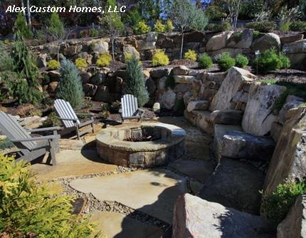 традиционный садовый очаг с массивными каменными креслами