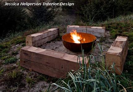 оригинальные деревянные скамейки вокруг садового очага