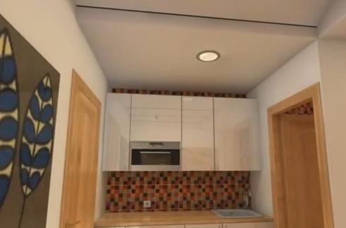 кухня с белыми фасадами в маленькой квартире