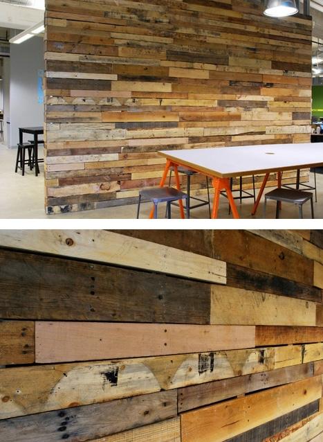 старые доски как украшение офисной стены