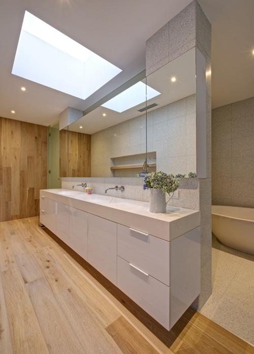 деревянный пол и стена в интерьере ванной