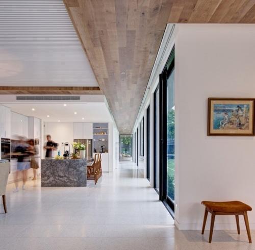 зонирование потолка с помощью деревянной отделки