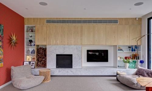 яркая отделка стены в гостиной
