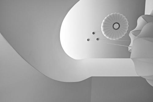 дизайн потолка в лестничном пролете