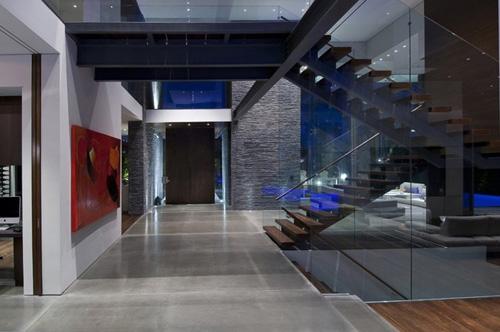 просторный холл в частном доме