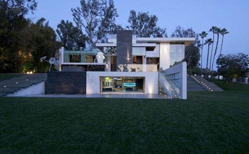 современный частный дом с плавающими уровнями