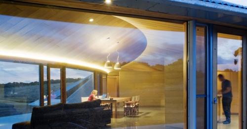 современный частный дом с панорамным остеклением