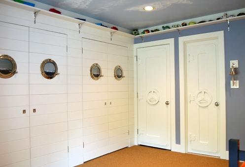 встроенные шкафы и двери детской в морском стиле