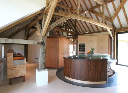 современная кухонная мебель в традиционном доме