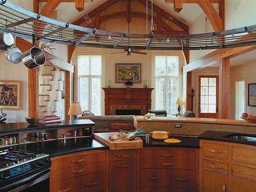 кухня в центре частного дома открытой планировки