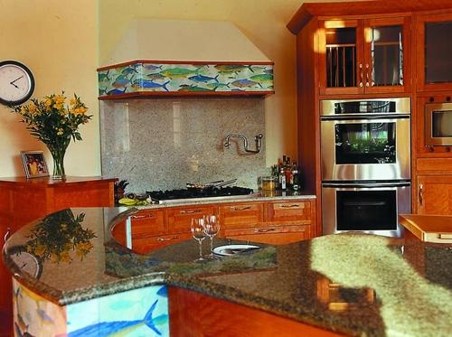оригинальный декор кухонной мебели и вытяжки