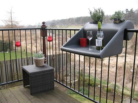 подвесной пластиковый столик для открытого балкона