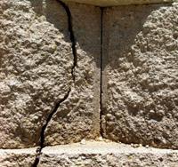 трещины по телу подпорной стены