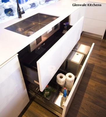 вместительные выдвижные ящики под мойкой для кухни