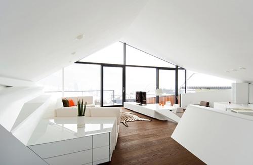 белая глянцевая мебель в современном частном доме
