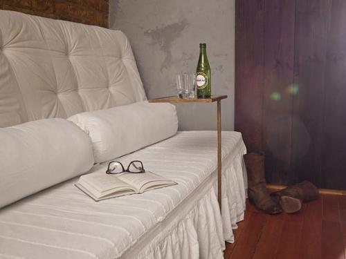 диван в деревенском стиле с белым чехлом