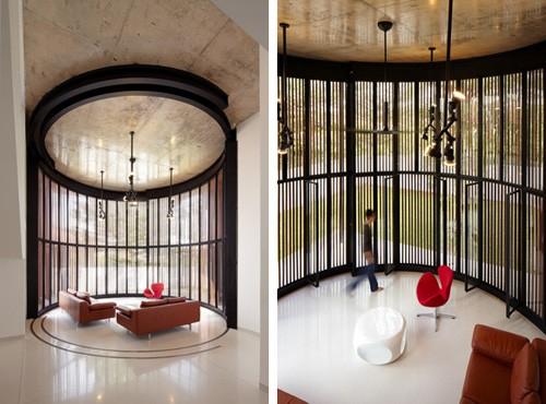 интерьер гостиной с радиусным ограждением