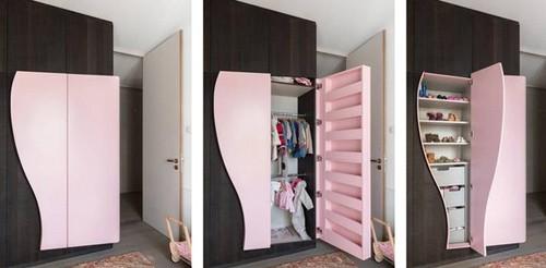 яркие отделения для ребенка в общем шкафу