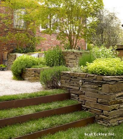 металлическая садовая лестница с натуральными травяными ступенями