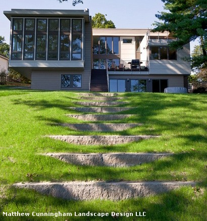 высокая садовая лестница из массивных блоков с травяными промежутками